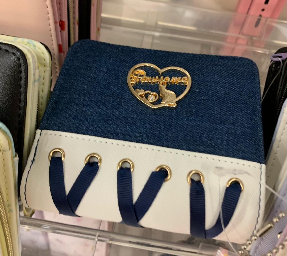 とある財布を探しています。 オリンピアで見つけた財布なのですが、見つけた時はお金が足りず購入を断念し、後日来た際は他の人が買ってしまったのか店舗に置いてありませんでした。ネットで買おうかと思ったのですが検索しても出てきません。 1枚だけですが写真を貼っておくので知ってる方その財布を買えるとこのURLか何かを貼って欲しいです。お願いします。