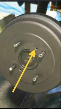 車の整備に詳しい人教えてください。 画像は日産スカイライン(ハコスカ)の リアのドラムブレーキ部分です。 画像のキャップの穴にボルトを ねじ込んでキャップを容易に取り外すには 何ミリのボルトを使用すれば良いのでしょうか?