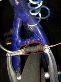 クロスバイクのvブレーキについてです。印をつけたとこのゴムが裂けてしまって、ブレーキをかけた際の戻りが良くないのですが、この部品の名前を教えてほしいです。何と検索したら出ますか?