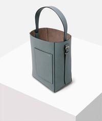 エルメスのピコタンとヴァレクストラのバケットバッグで迷っています。 カジュアル・品質の良い革・ロゴがない という条件のバッグを探しており、この二つに行きつきました。 ピコタンの長所は蓋のようになり中身が少し隠れるところ。短所は肩にかけられないことと、とにかく人とかぶることです。(街を歩いてるとピコタンを持ってる人はしょっちゅう見ます。)  ヴァレクストラのバケットバッグの長所は長さ調節...