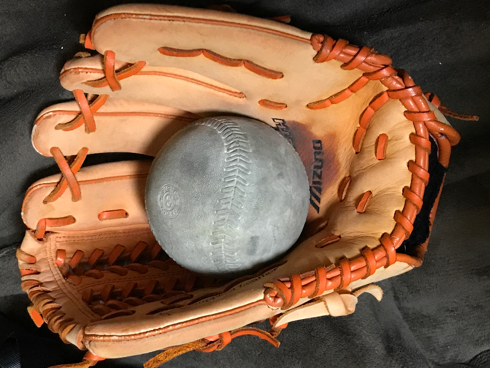 軟式のグローブ(オールラウンド用)でソフトボールは捕れますか? クラスマッチでソフトボールをやることになったのですが、学校にあるのはどうも使いづらく、かといって家にソフトボール用のグローブがある...