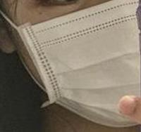画像のような(横の部分が少し出ている)不織布マスクを探しています。 似たような形でもいいので教えてください。