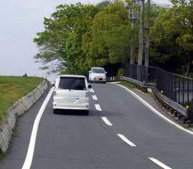 このような道路は対向車がいれば破線の車線はセンターラインで片道一車線だと判断できますが、対向車がなく、車両交通帯かセンターラインどっちかわからないときはどう判断すればいいですか?この写真の道路はどこの かは知りませんが対向車がいなかったら逆走しそうで怖いです。(>人<;)