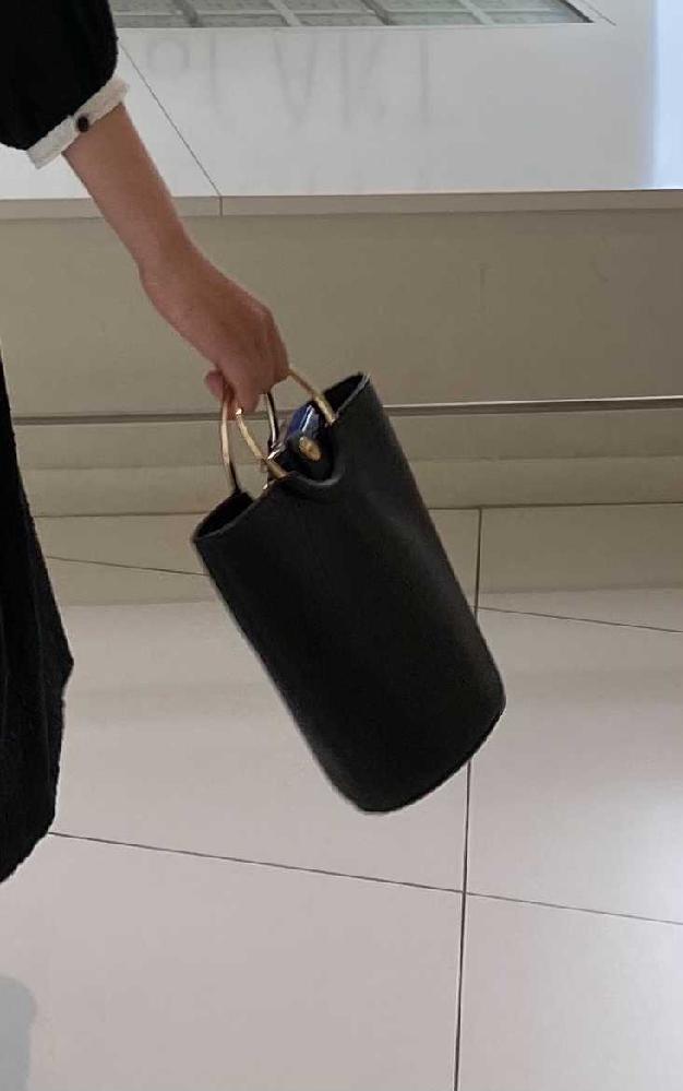 レディースの、お出かけ用のレザーのバッグを探しています。買うなら良いものを大切にしたく、レザーのブランドに明るい方にアドバイスいただけたらと思います。 現在大学生でブランド物などのバッグは持ったことがないのですが、来年から社会人になるということもあり、少し良いバッグの購入を考えています。 現在、本当に安物なのですがH&Mで購入した写真のバッグを愛用しています。手持ちでもショルダーで使ってもかわいくて、合皮ですが金の金具で高見えし、縦に財布も突っ込めて楽、という点で気に入っています。 条件として、 ・予算は~5万くらいまで(本当に気に入ったらもうちょい出せます) ・本革で、質的にもデザイン的にも長く使えそうなもの ・ハイブランドでなくて良い、ブランド物だとしたらロゴ等が目立たないもの ・デザインは写真のもののような物だったら嬉しい、色は黒 現在、傳濱野さんが気になっていますが、ショルダーでピンとくるデザインのものがなく、ハンドバッグは素敵なのですが本気のフォーマル用っぽくて悩んでいます。 BEAMSなどのファッションブランドのお店で気に入ったものを買うことも考えていますが、なかなか良い出会いもなく。。 上記の条件にある程度即していて、おすすめのブランドなどあれば教えていただきたいです。