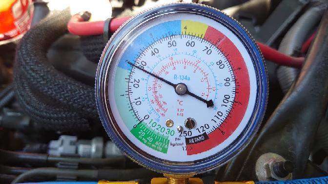 本格的な夏に向けてカーエアコンのガス量を確認したところ写真の様な値を示しました。補充は必要ですか?また、もし補充が必要であれば、一般的な200g缶何本必要ですか?よろしくメカドック。