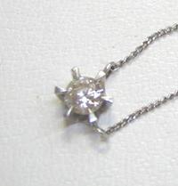 古いネックレスのデザイン  家族からネックレスを貰ったのですが こういうデザインなのです(><) ちょっとレトロなデザインな気がするのですが30代がつけていてもおかしくは無いですか? ダイヤの大きさはルーペがないので数字が大体しか見えないのですが0.4ぐらいです