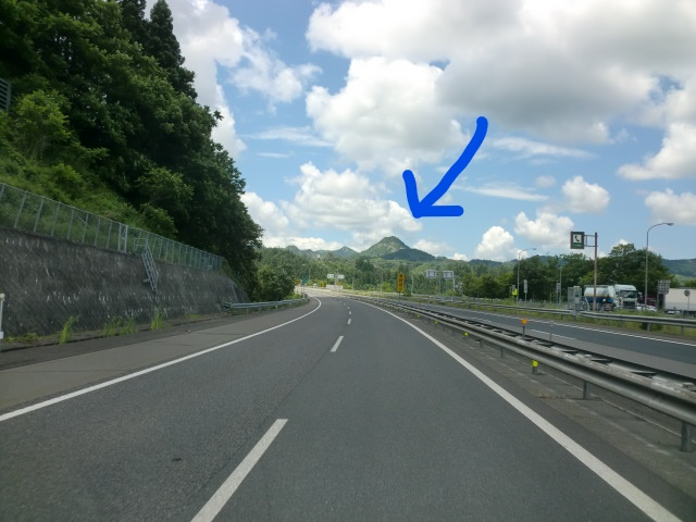 この山は 磐梯山でしょうか? 確か、 いわき新潟線を車で走っていた時に見えました。
