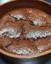 ガトーショコラですが、ここまで萎んだら失敗でしょうか? 焼いている最中はケーキのてっぺんが型より膨らんでいるのですがオーブンから出して冷めたらこれくらいになります。ガトーショコラは萎むものだと言いますがこれは萎みすぎですか?