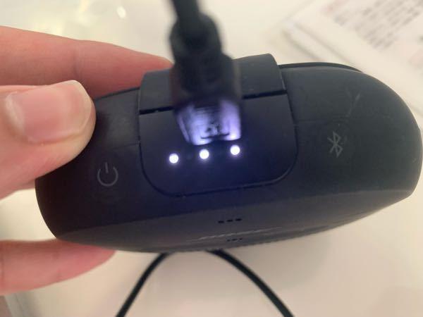 BoseのSoundLink MicroというBluetoothスピーカーをつかっているのですが、先日充電が切れるまで使ってそのまま放置していたら画像のように充電に差しても3つのランプが少しの間点滅して消えてしまうようになりまし た。 他の充電コードも試したのですが同じような結果になってしまいこまっています。 白点滅は接続中とboseのシスタンのステータスランプというサイトに書いてありましたがつながっていません。 点滅が消えた後は電源ボタンを押しても付くことはなく、充電コードを挿した時のみ点滅します。 わかる方いたら教えてください ♂️