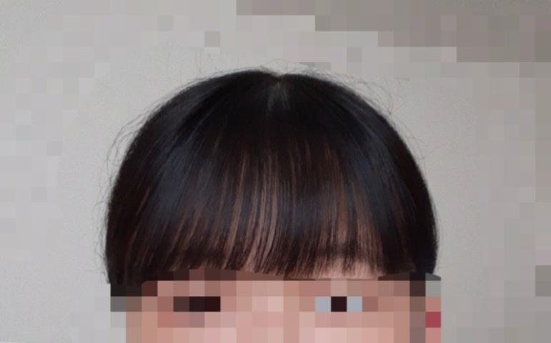 前髪を薄くしたはずなんですが、あんまり薄いように見えなくて 横の髪の毛も結構伸びちゃってて この前髪変に見えますかね? あとこの前髪でポニーテールとか髪の毛を結ぶとこんなふうになっちゃうのですが、おかしいですか? 気になってしまったので、、