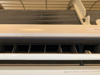 エアコンの水漏れについて質問です。  賃貸住宅で備え付けのエアコンを使用しています。 去年2月に入居し、今年2回目の夏の使用を始めました。型番が2006年製の霧ヶ峰で、臭いがするため、業者さんにクリーニングをしてもらいました。 そして去年の冬に、数週間に一度水漏れが起きるため、去年はエアコンの使用をやめ、フィルター等のホコリ掃除をしました。 (ここで修理を検討すれば良かったです…)...
