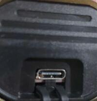 これに合う充電器は何という名前でしょうか? iPad Proのコードが刺さるのですが充電出来ません。 回答宜しくお願い致します。