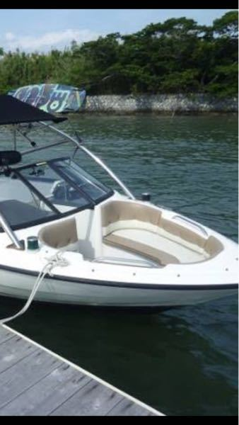 船の構造による航行区域について 写真のようなウェイクボード艇によく見られるバウライダー(デッキ部分にシートがついている)構造は 航行区域は平水限定しかとれないのでしょうか? ある記事をみつけたのですが、カバーをつけたら 限定沿海仕様にできるのでしょうか? その際、検査証に限定沿海とかかれていても沿海区域でカバーなしでのっている際、海保等に見つかったら違反扱いですか? それともそもそも、バウライダータイプでも関係なく、沿海区域仕様にできますか? 地元のJCIに確認をしたらデッキが排水できる構造になっていれば問題ないとの解釈でした。 地域によって検査基準が違ったりするのでしょうか? このようなタイプの船体をお持ちの方、又はこれでも沿海区域がとれている方がいらっしゃいましたら教えていただきです。