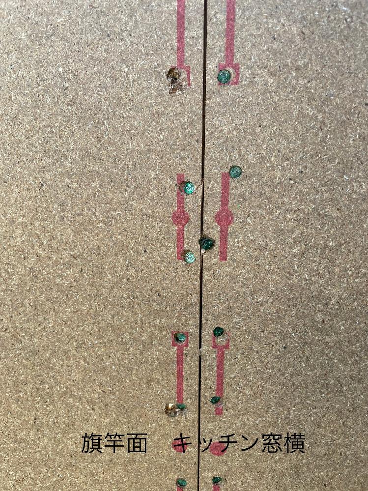 耐力壁の釘のめり込み・ピッチについて 某HMで建設中です。 ・2×4工法 ・2階建て ・延床面積 30坪程度 現在建て方工事の方へ進み、着々と家の形が出来ている最中です。ほぼ毎日現場に行き写真を撮って残しているのですが、当初から飲み物ゴミの置きっ放しや木材の養生等に不満を持っていて余計に現場へ足を運んでいます。 先日一階部分の壁が立ち上がりノバパンの構造用パーティクルボードが貼られています。 気になる点 ・釘のめり込み ・釘のピッチ ・釘の打ち損じ 写真をご覧になって頂き、これは構造上問題がない範囲なのでしょうか? 2mmめり込むと必要な耐力が発揮されないと記載している情報もあり、かなり疑心暗鬼になっています。 是非ご教授下さい。 https://realestate.yahoo.co.jp/knowledge/chiebukuro/list/