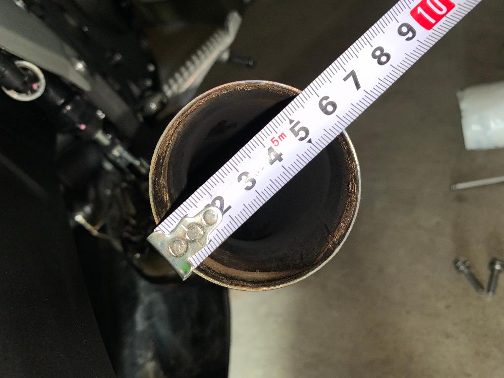 バイクのマフラーでスリップオンを購入して付けようと思っていますがΦの測り方がわかりません。 下の写真なのですがこれはどの大きさのスリップオンを買えばはまりますか? 説明が下手ですみませんm( __ __ )m