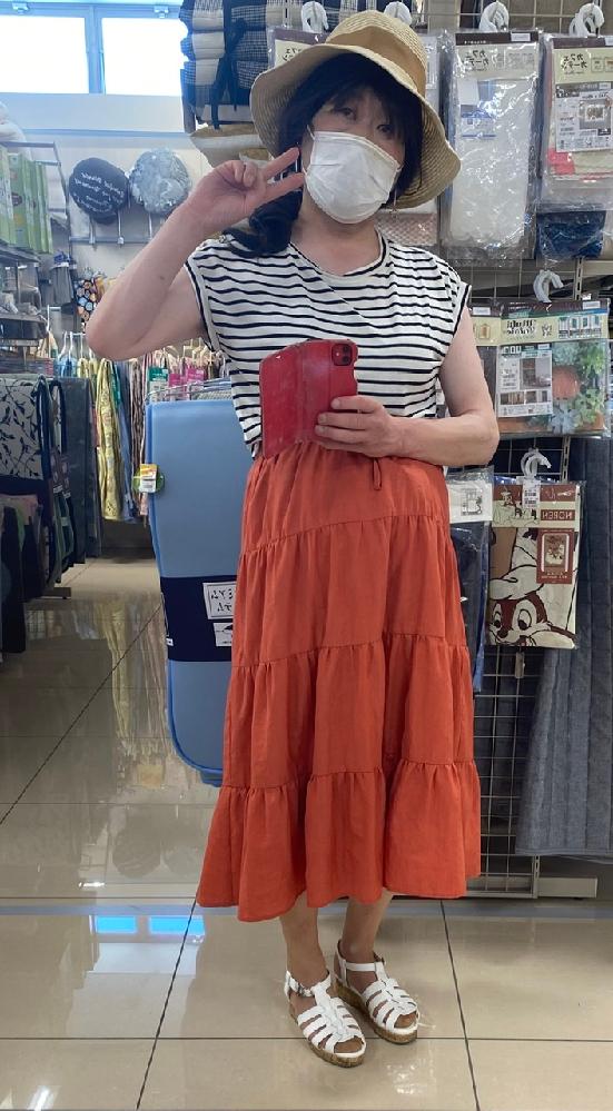梅雨明けして、今日も暑かったので、 袖なしのボーダーと、赤系のスカートに してみました。可愛いですか? 女装です。 今度は、エレベーターの中じゃないから、 明るくてよくみえるでしょ?