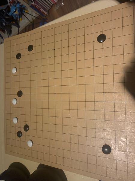 四子局です。 本来、白は左三々に入らなくてならないはずなのに上辺中央に二軒飛びされました。 黒はどう応じたらベストですか?