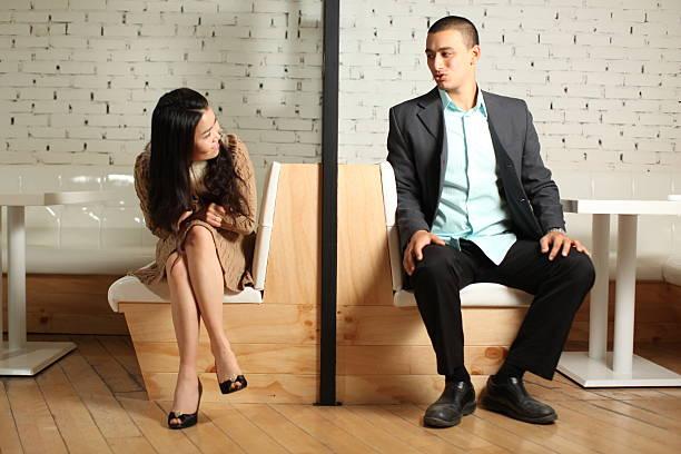 彼氏や旦那様の前で脚を組むことがある女性に質問ですが、 ①彼氏彼女の関係になってからするものですか? 付き合うと決める前から気にせず組むタイプですか? ②初めてする時に「生意気」「偉そう」と思われる 心配はなかったですか?