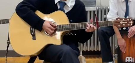 この人のギターってなんて調べたら出てきますかね ギターやアコギに詳しい人教えてください!