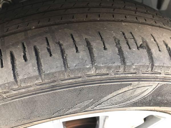タイヤ交換に関しての質問です。 タイヤに若干のひび割れが見られ、ディーラーより交換を薦められました。 調べてみると、交換目安の走行距離や時期には達していなく、本当に交換が必要なのか気になります。 走行距離:23,700km 使用期間:2年7ヶ月 よろしくお願い致します。