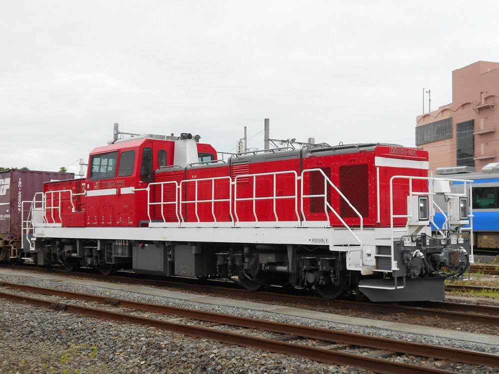 JR貨物DD200は主電動機160KW×4機でこの出力は電車並み(電動車1両)です。 これでどうやって最大引張力 20,000 kgfもの力を発生させるのですか? この数値はEF660とほぼ同等ですね。 歯車比を大きくしたら最大引張力は稼げるが速度が出ない。 ところがDD200の最高速度は110km/hです。 多分その最大引張力はEF66とは異なり、極低速時に発生する設計になっているのだとは思いますが。