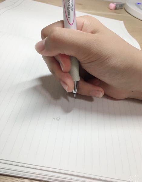 鉛筆の正しい持ち方ができません。 できるけど手が痛くなったり、違和感を感じます。長時間握るのも難しいです。 中3で受験生なんですが、試験中って先生達は鉛筆の持ち方まで見てるんですか? それで減点されたりとかします?