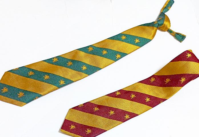 上と下のネクタイの呼称を教えてください。 ※上はボタンに止めるタイプ、下は普通のネクタイです。