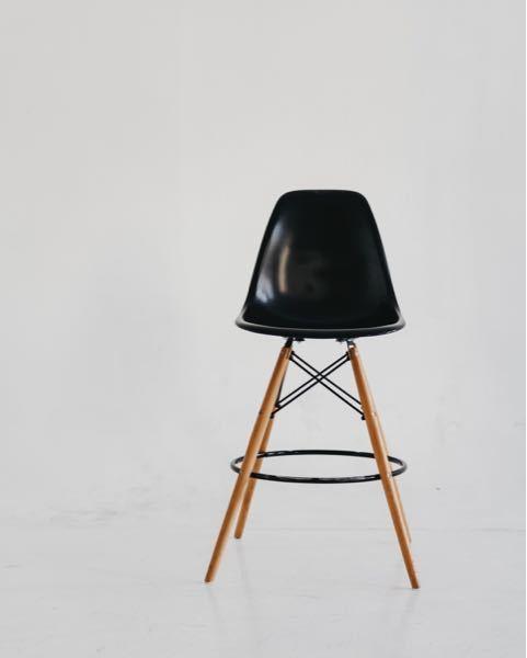 Photoshopでこの椅子の色を上手く変えるコツはありますか?塗りつぶしなどなかなか上手くいかないです。