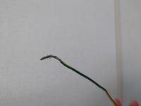 引越し先で電子レンジのアース線を取り付けたいのですが、このほつれた状態のまま差し込んでも大丈夫でしょうか? もし線を切った方が良い場合は、切り方も教えていただけますと幸いです。 ご回答よろしくお願い致します。