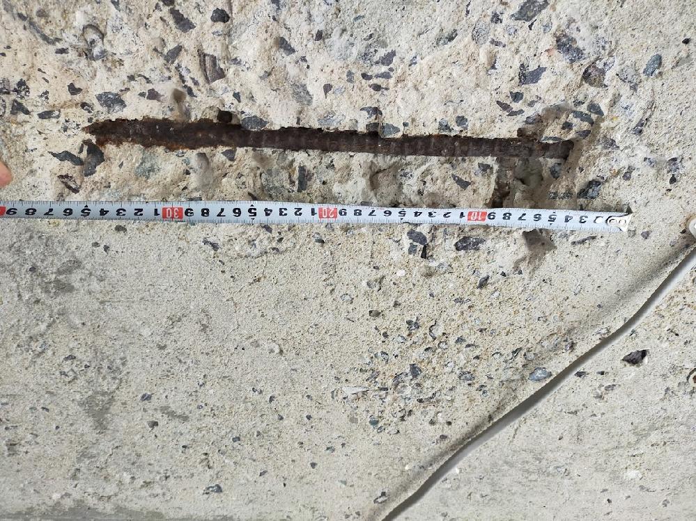 築40年のガレージ天井の爆裂したコンクリートと鉄筋を補修しています。現在、はつれるところははつり、中性サビ取り剤で念入りにサビを除去しています。セメンシャス2000にて表面をコーテイングしました。 ちなみに補修工事を何件かにお願いしたんですけど、コロナ渦で人手不足及び補修部位が極小のためすべての業者より断られました。 さて、これからどうしようか、と考えています。 工事中にSクリートアップやペガサビンの存在を知り入手しました。入手したのでガレージ全体にこれらを塗布する予定ですが、肝心の爆裂部位をどうしようかと考えております。上記2種のものを混合したモルタルで埋め戻す…(天井なので落ちてきそう)モルタルパテ等をホームセンターで買ってくる…(パテに上記保守剤を混入するのは難しそう、もしくはセメント成分がないものでは効果がないような…?) プロの方にアドバイス頂けたら幸いです。