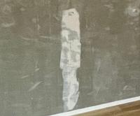 リノベーションでコンクリート剥き出しの壁にしてもらったのですが、壁に写真のような跡が残ってしまうようです。 これはなんの跡でどのようにすれば消せるのでしょうか。