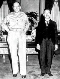 昭和天皇とマッカーサーの並列写真は有名ですが、ずいぶん身長に差がありますね。マッカーサーがとても高身長だった? 天皇が低かった? 御存じの方、教えて下さい。
