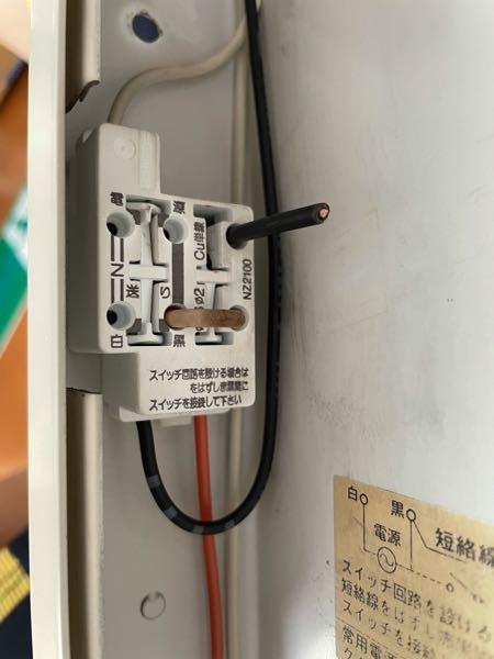 誘導灯について 誘導灯のコンセントはどの穴に挿せばよいのでしょうか?