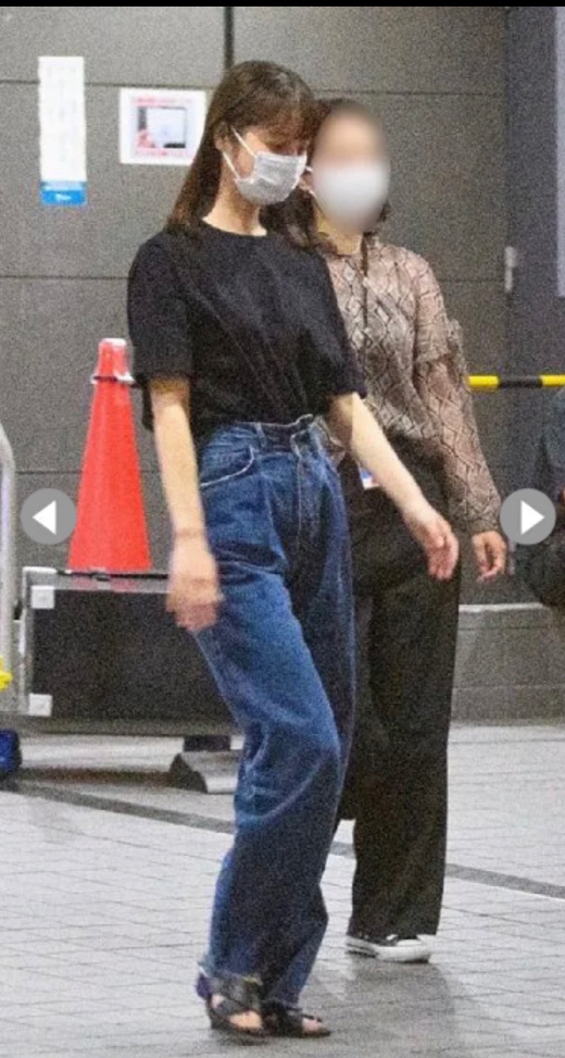 佐々木希さんが着ているこのデニムがどのブランドのものかお分かりになる方はいらっしゃいますか?とても可愛くて、なんとか見つけられたらと思っています(>_<)