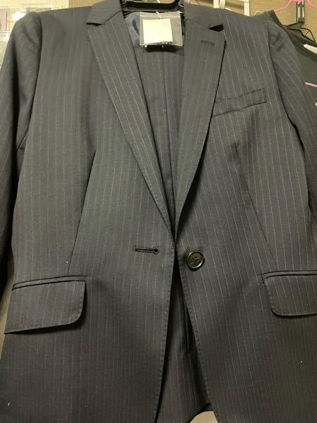 こんにちは。 コンサートスタッフの会場整理の仕事について。 明日今度コンサートスタッフの会場整理のお仕事をするのですがその時に指定されているのが無地の紺か黒の無地のスーツとなっています。ですが当方持っているスーツが少しストライプの入っている スーツしか持っていません。これはダメでしょうか?またどう対処するべきでしょうか。 回答お待ちしています。