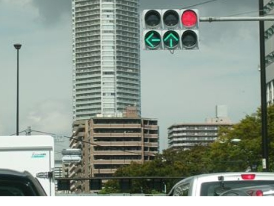 右折レーンにいて信号機がこれだったら 右折していいんですか? ちなみにこれの青信号バージョンも教えてください。 何信号だったか忘れました。