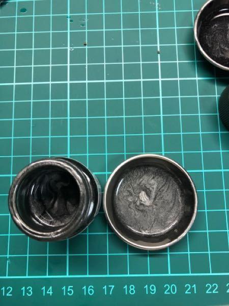 タミヤカラーのメタリックグレイなんですけど、混ぜても黒いシマシマがでちゃうんですよね、これって不良品か何かですか?初心者なので何もわかりません、ご教授ください。