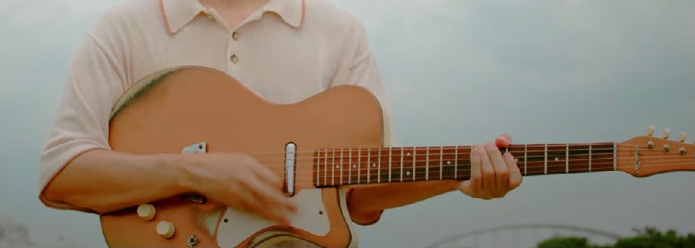 安部勇磨さんの『おかしなことばかり』のMVで使用されているギターがとてもかわいいのですが、どこの何というギターでしょうか? 画像のギターです