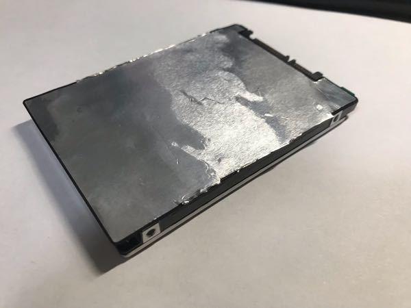 ノートパソコンの内臓HDDを再利用しようと、ケーストレーを分解したのですが、写真のようなフィルムが貼り付いています。 もともと左右のフレーム状トレイからくっついて保護しているようなのですが、分解時に取りあえず(フレームから)切り取りました。 デスクトップパソコンへ内蔵させるためには剥がしたほうがいいですかね? この手のことは初めてなので質問させて頂きます。 アドバイスありましたら加えてお願いいたします。
