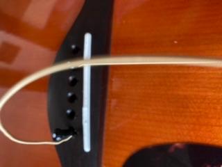 早急!! 今日、アコギの弦交換をしていて1弦のブリッチのところに6弦を間違えて入れてしまいました。 画像の通りです。 取り外し方を教えてください。