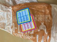 マクドナルドのハンバーガーの包み紙に謎のシールが貼ってありました。 初めて見たシールなのですが何か意味はあるのでしょうか? ちなみに、こちらのバーガーはフィレオフィッシュを箱ではなく包み紙でお願いしたものです。 そのせいでしょうか?