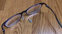 【メガネ故障】 至急お願いします  写真のように鼻パッドが壊れました。(写真はネットから) メガネの鼻パッドがとれてしまった場合、どうすれば良いでしょうか?もちろん、メガネ屋さんで修理すれば良いのでしょうが、近隣にメガネ屋さんがありません。応急処置として、何か手はないでしょうか?