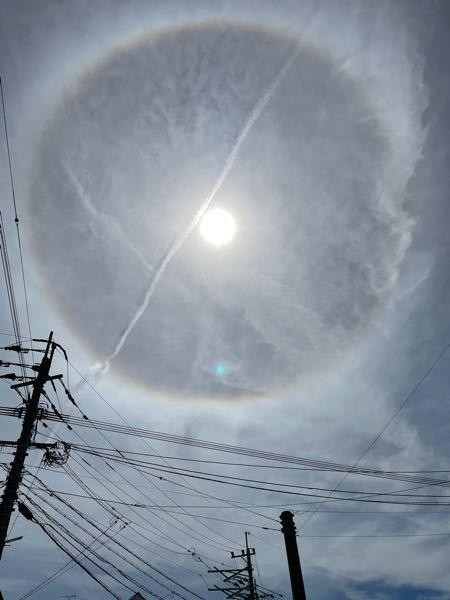 先日ふと空を見上げたら太陽の周りに虹のようなリングが見えたので珍しく思い写真撮って見たら水色の点が写っていました。これは何でしょうか?