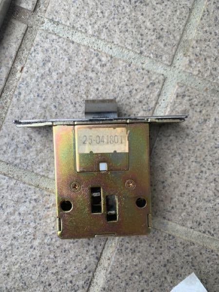 ドアを開閉する度にラッチの向きが変わってしまうので、交換したいのですがどのラッチを購入すれば良いのか分かりません。宜しければ教えて下さい。よろしくお願いします。
