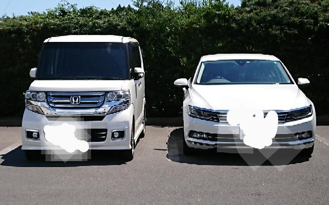 左のホンダ車。これって軽自動車ですか?右のは3ナンバーのセダンですが右がかなり大きいと思います。白いナンバープレートでしたが、まさかN-boxですか?