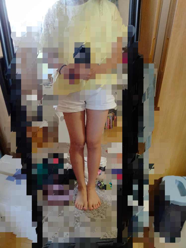 この脚って太いと思いますか? 短パン履くのってキツく思われますか? 一見、脚だけ見て何キロに見えますか? みなさんのたくさんの意見が欲しいです! 直感に答えてくれると嬉しいです!