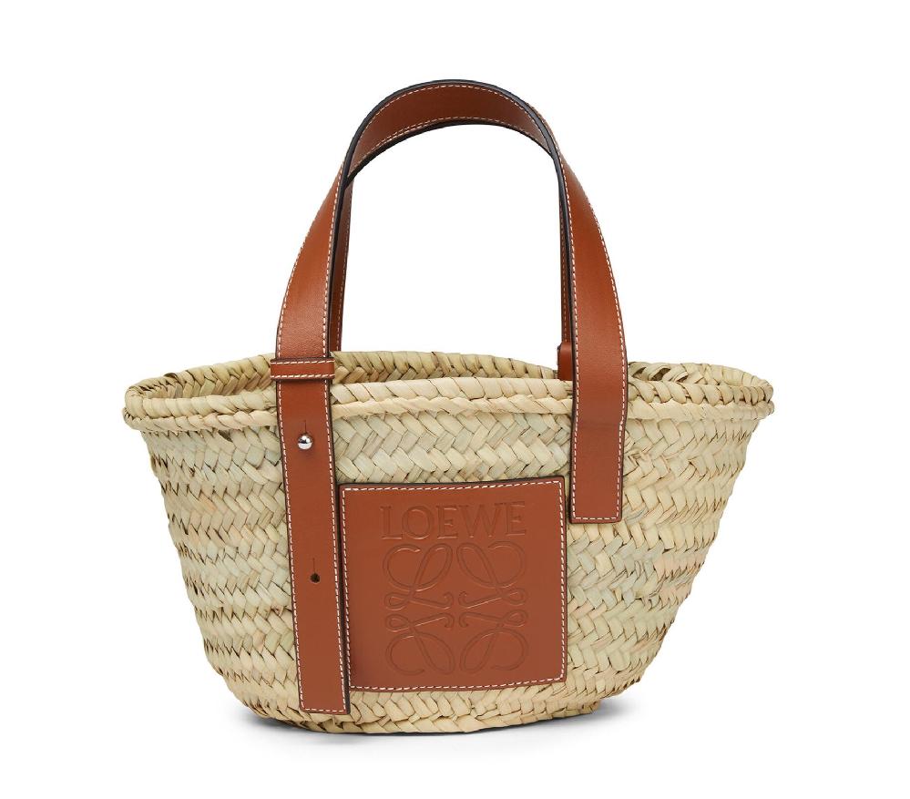 どこのブランドか教えて下さい。 一枚目のかごバッグ(ロエベ)のデザインそっくりで、でもロゴマークの部分が水色になっているバッグがどこのものか知りたいです。 ロエベには、この水色でのデザインは販売...