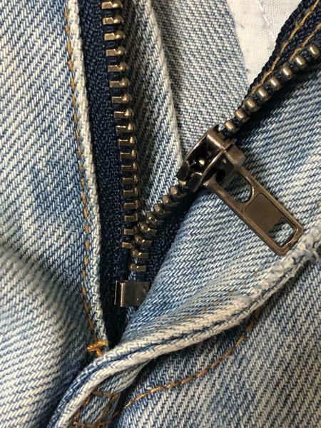 【コイン250枚】 すごく気に入って履いていたズボンのチャックのところがこんな感じで壊れてしまいました。 どうしたら直りますか?!!教えてください(´;ω;`)