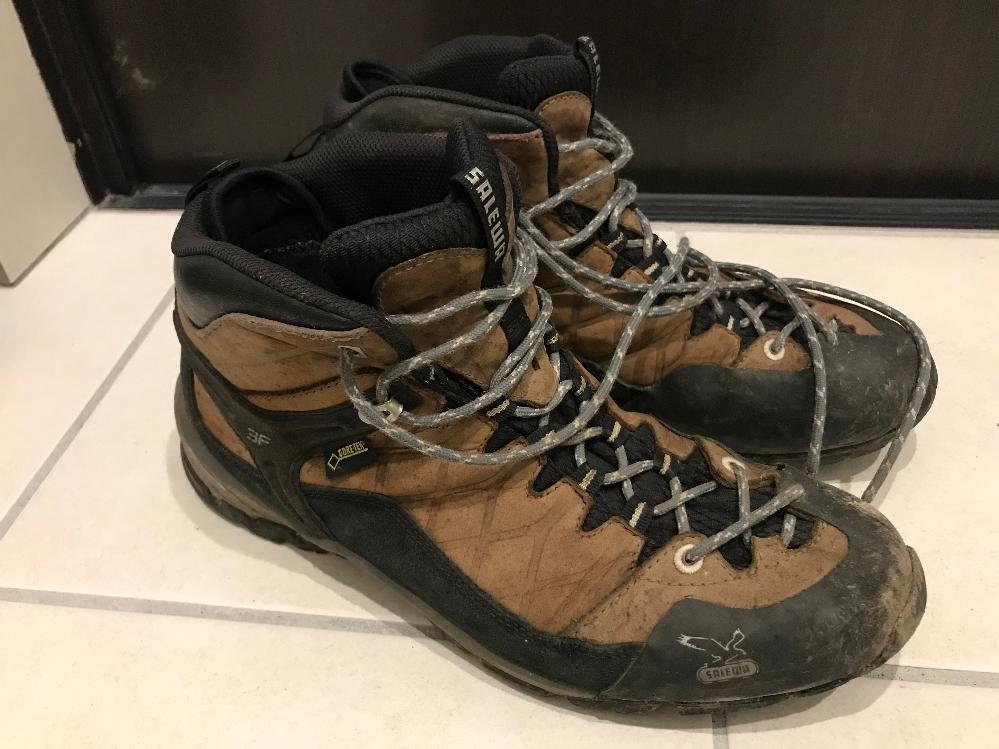 SALEWAという登山グッズブランドに詳しい方、教えて下さい。 愛用している写真の登山靴ですが、何年頃に何処で発売されていた、何というモデルか、わかりませんか? 突然登山をすることになり、急いで特に選ばずに買ったものなのですが、それ以来、愛用しており、最近何処のメーカーの物なのか、興味を持ち始めました。調べてみると、SALEWAというブランドには行き着いたのですが、検索して出てくる画像とは少し異なっています。鳥の絵柄が古いロゴなこと、履いた時に足の小指付近に鳥の絵がプリントされていること(検索した画像だと、くるぶし付近に鳥の絵柄がプリントされている)です。他の特徴は、くるぶし付近に「3F」のプリントとがある、「GORETEX」のタグが付いている、かかとと足裏に「vibram」という掘り込みがある、靴の中に「made in VIETNUM MS-FIRE ○○○(文字がかされていて読めない)GTX Black /Yellow 63011 ○○○03 靴のサイズ(UK,EUR,USA,CMで表記)」とプリントされていることです。 どなたか、おわかりになりませんでしょうか?