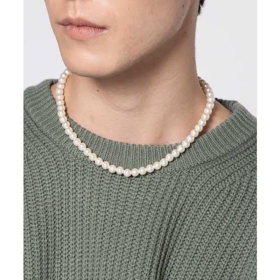 男性のパールネックレスってダサくないですか? 知り合いが付けていたのですが、正直ダサいと思ってしまいました。無地のTシャツと合わせていたのですが、首元の違和感が凄く、無い方がマシだなと思ってしまいます。 そもそも男性のネックレス自体が受け入れられません…。ピアスや腕時計等で十分格好いいのにな〜と思ってしまいます。 皆さんは男性のパールネックレスについてどう思いますか? 画像は参考画像です。
